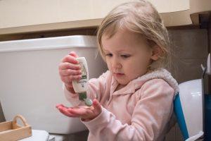 девочка мажет кремом руки