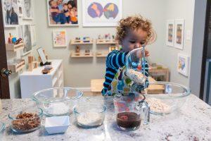 Малыш замешивает тесто