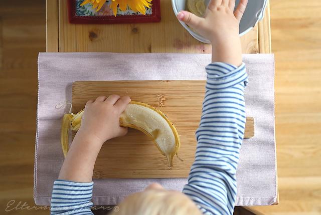 чистит банан