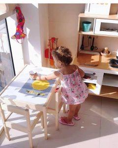 Девочка накрывает на стол