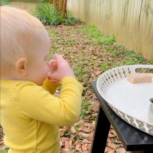 ребёнок пьёт из стаканчика