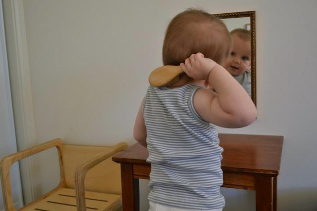 ребёнок расчёсывается