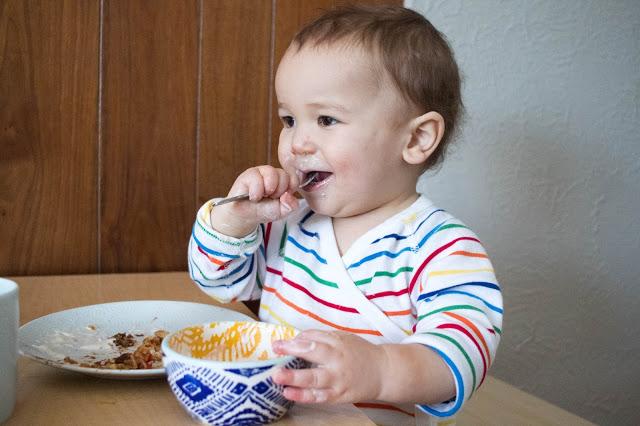 Ребёнок ест самостоятельно