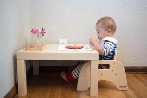 Ребёнок ест за своим столом
