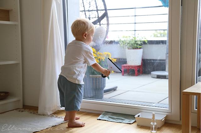 ребёнок моет окно