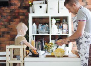 самостоятельный ребёнок готовит