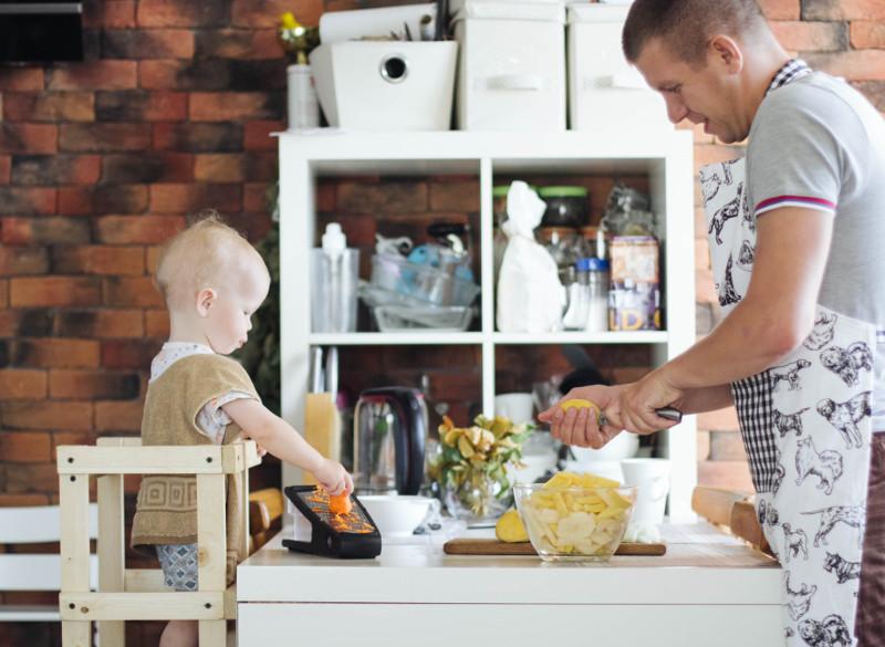 ребёнок помогает готовить