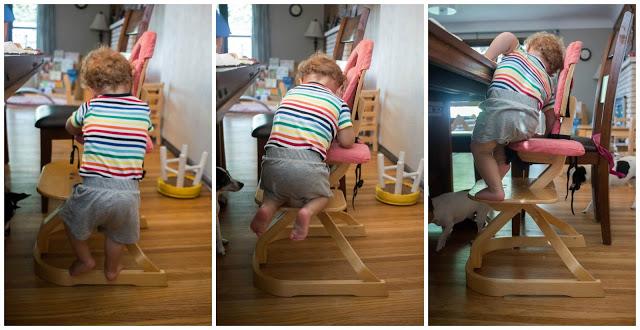 Ребёнок забирается на стул у обеденного стола