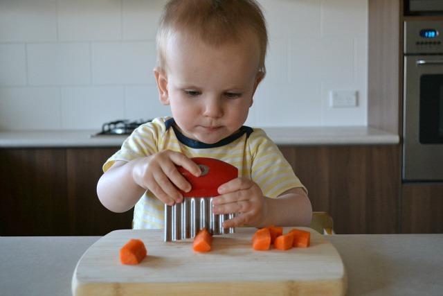 ребёнок режет морковь