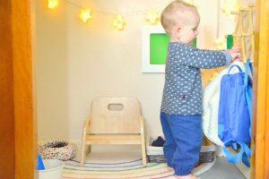 самостоятельный ребёнок вешает одежду на крючок