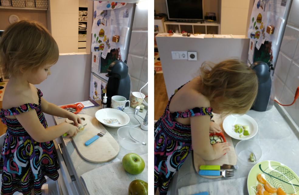 Дочь готовит на кухне