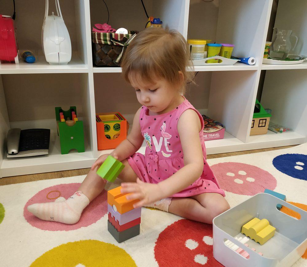Дочь строит башню