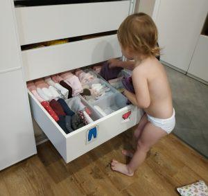 Ребенок выбирает одежду