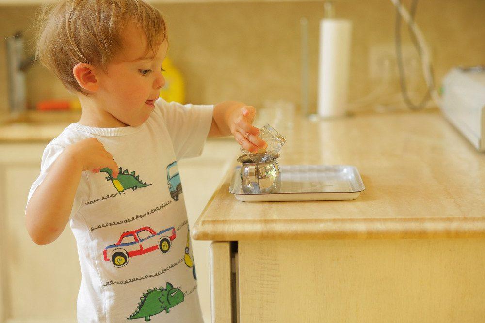 Ребёнок наливает воду в стакан, чтобы напиться, а не ради похвалы