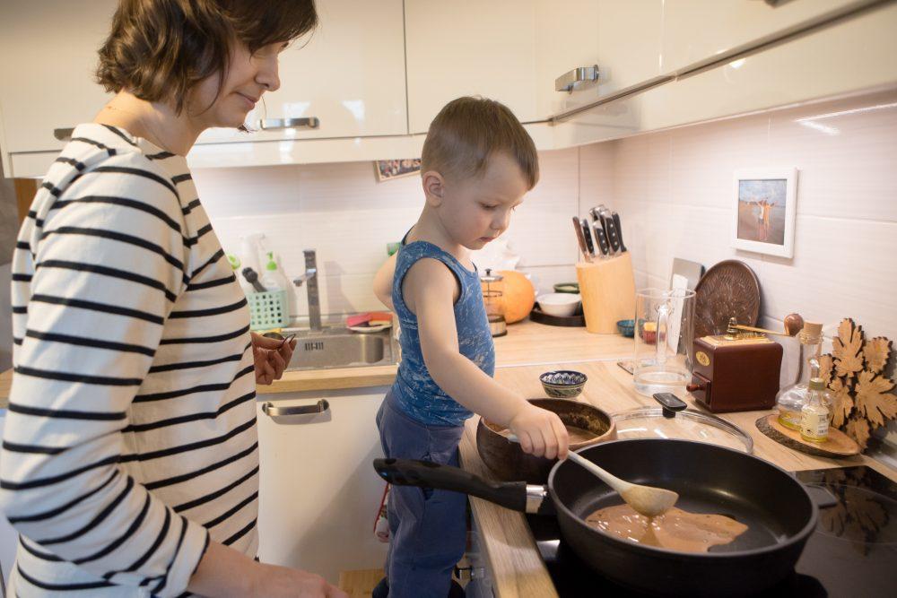 наливает тесто на сковороду