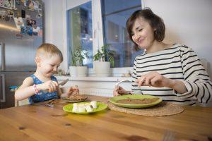 Малыш и мама едят блины