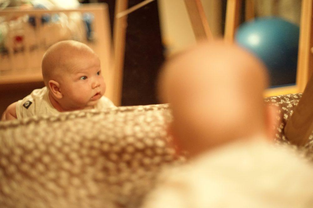 Малыш смотрит в зеркало