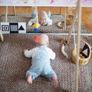 малыш в зоне движения