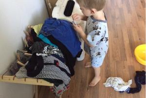 Ребёнок развесил бельё