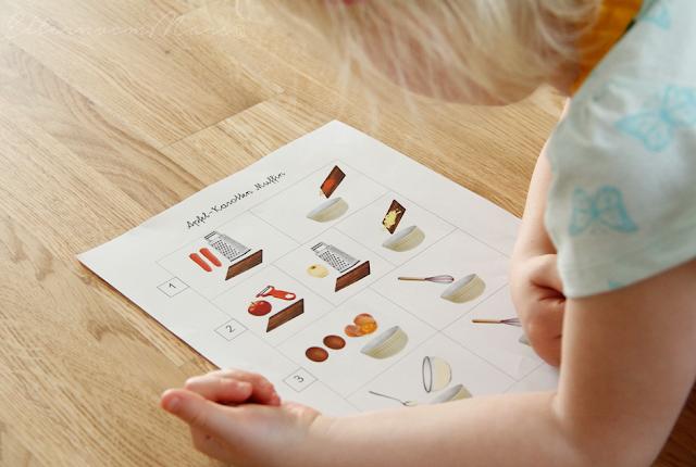 Ребёнок с иллюстрированным рецептом