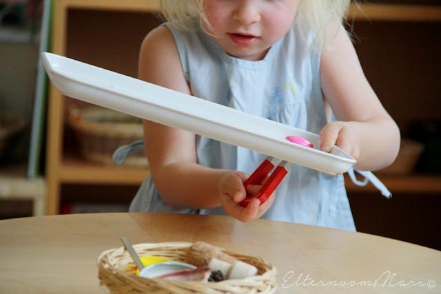 Ребёнок занимается с магнитом