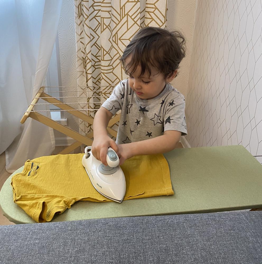 Ребёнок гладит