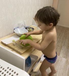 Ребёнок нарезает яблоко