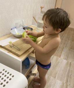 Ребёнок держит дольку яблока