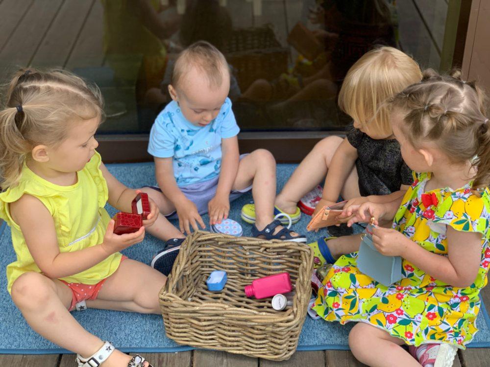 Дети играют общими игрушками