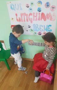 Дети передают клубок друг другу