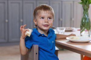 ребенок сам ест