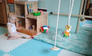 ребенок со своими игрушками
