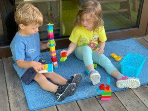 ребёнок делится игрушкой