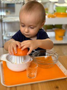 ребёнок выжимает сок