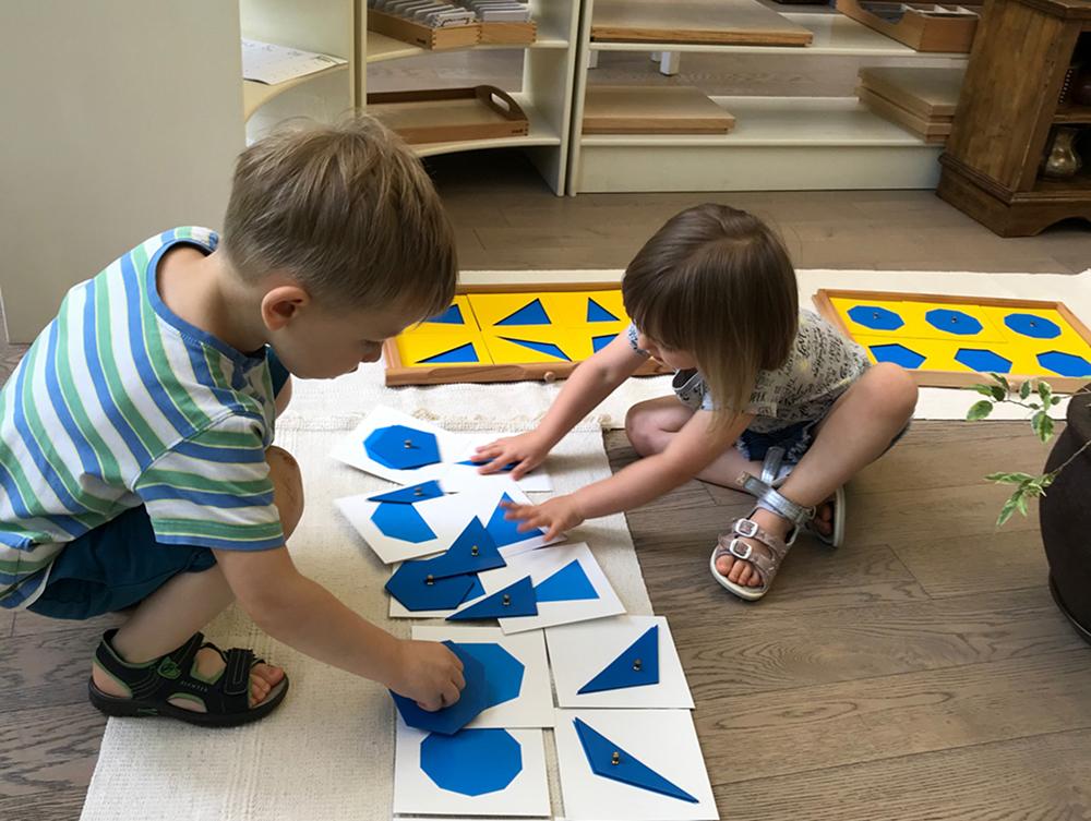 малыши играют и развиваются