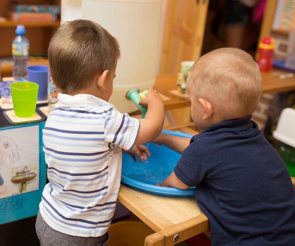 Дети моют руки в тазу