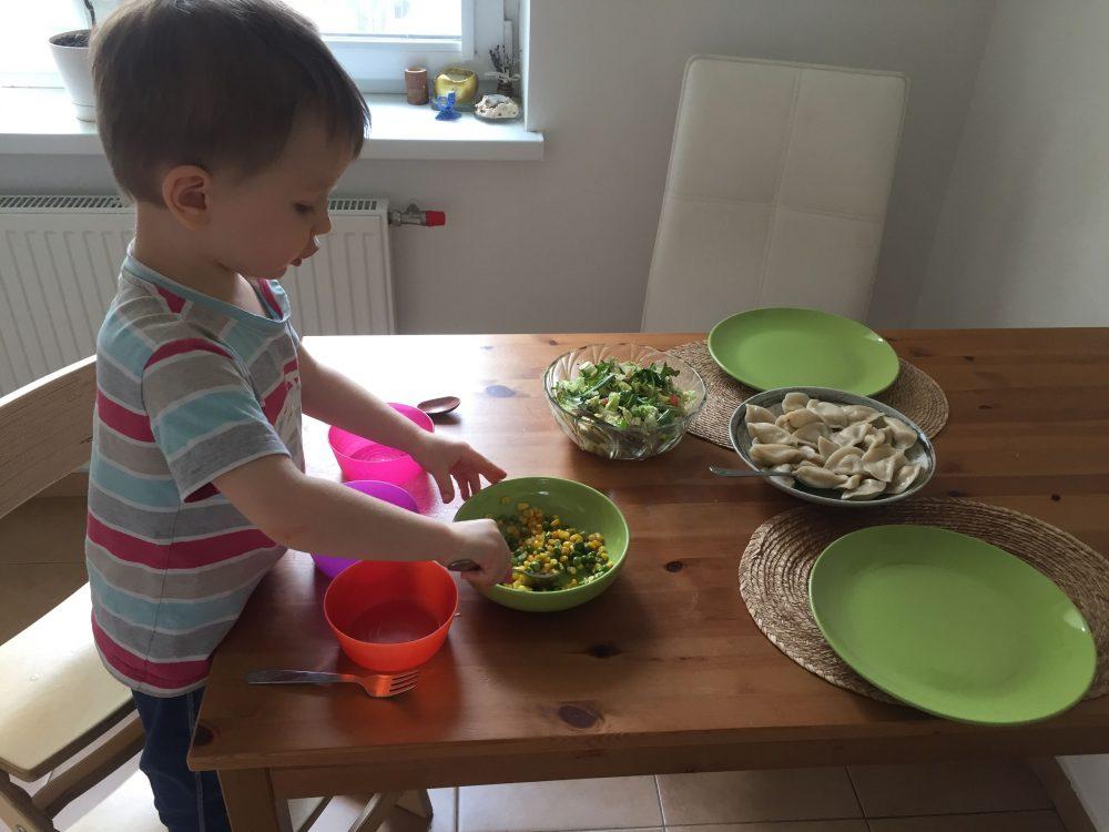 Сын делает салат