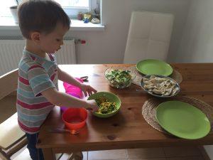 Ребёнок готовит салат