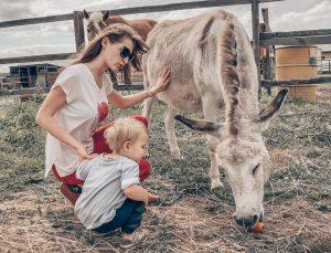 Мама учит двухлетнего ребёнка говорить слова