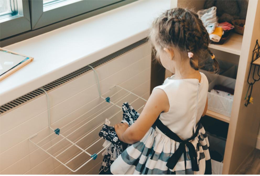 Даша развешивает бельё