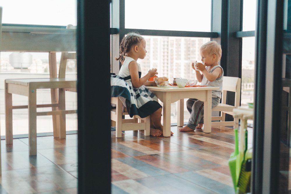 Дети общаются за едой