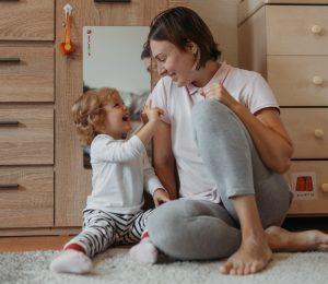 Мама эмоционально общается с дочерью