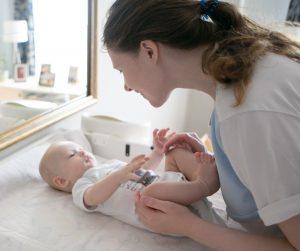 мама разговаривает с младенцем лицом к лицу