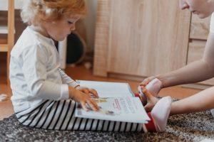 Мама проговаривает ребёнку, что надевает носки