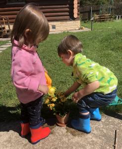 Дети поливают растения