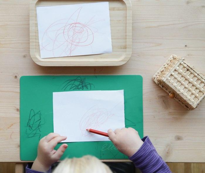 Ребёнок рисует карандашами