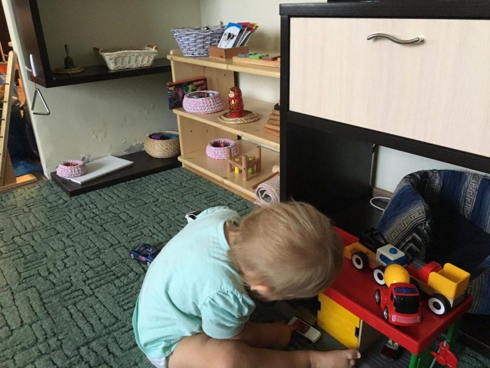 ребёнок играет самостоятельно
