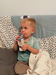 Ребёнок пьёт кефир перед сном