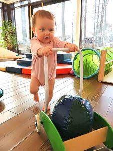 Ребёнок с тележкой вместо ходунков