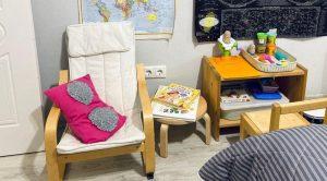 Уголок для чтения и столик для лепки ребёнка в маленькой квартире